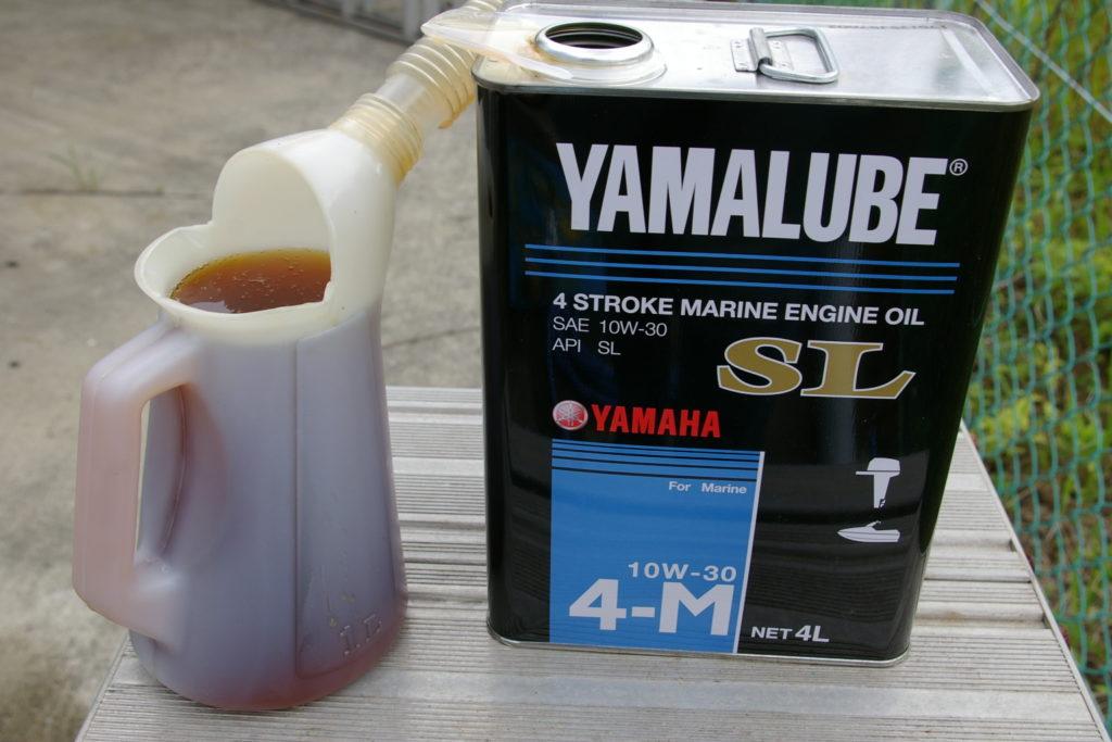 エンジンオイルを規定量入れる。ヤマハ純正を使用