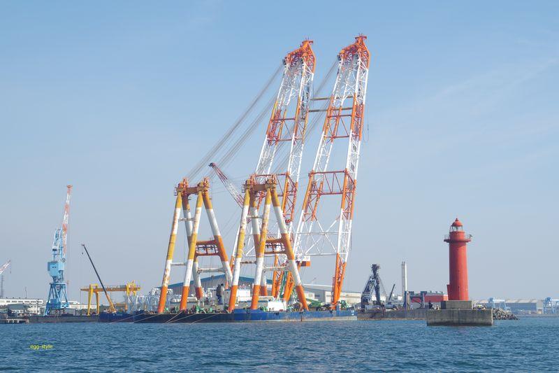 巨大なクレーン船