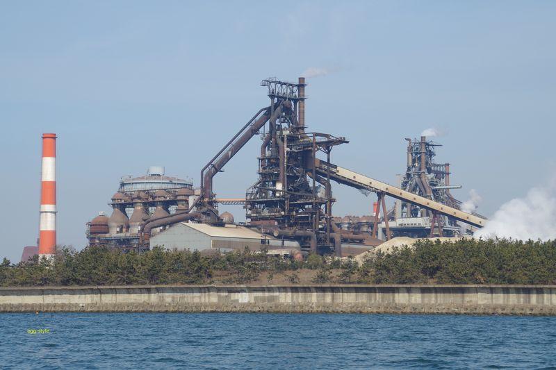 神戸製鋼所の溶鉱炉 スモッグで霞む