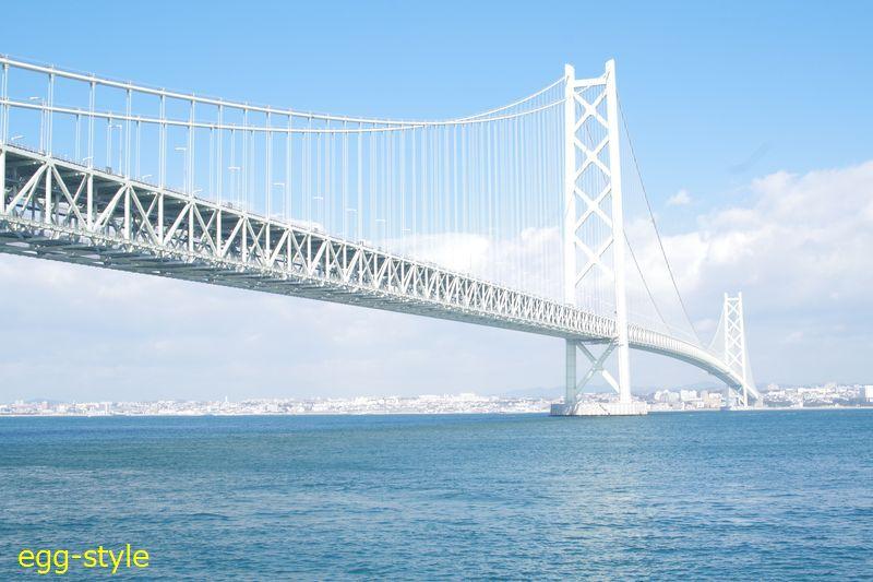 明石海峡大橋が巨大に輝く