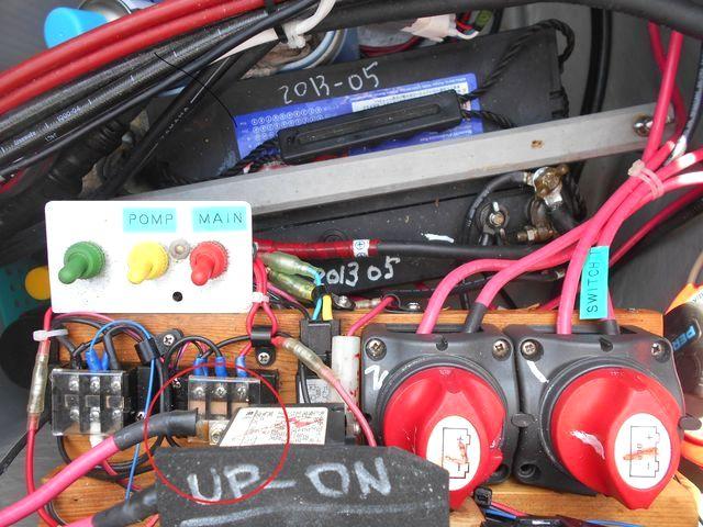 電源室のスイッチと端子