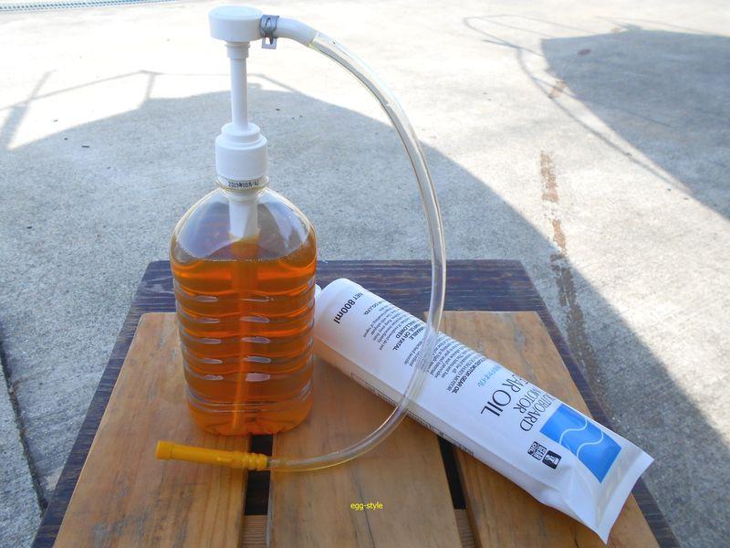 ペットボトルにギアオイルを入れれば準備完了。ボトルに装着はホースを接続してから行う