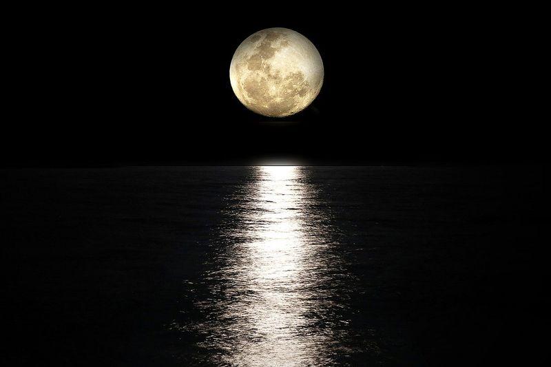 byPixabay moon-2762111