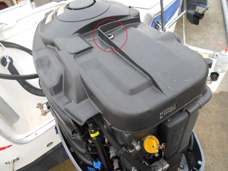 てっぺんのフライホイールカバーを外す 真ん中のボルトのみ 前後ははめ込みを外す
