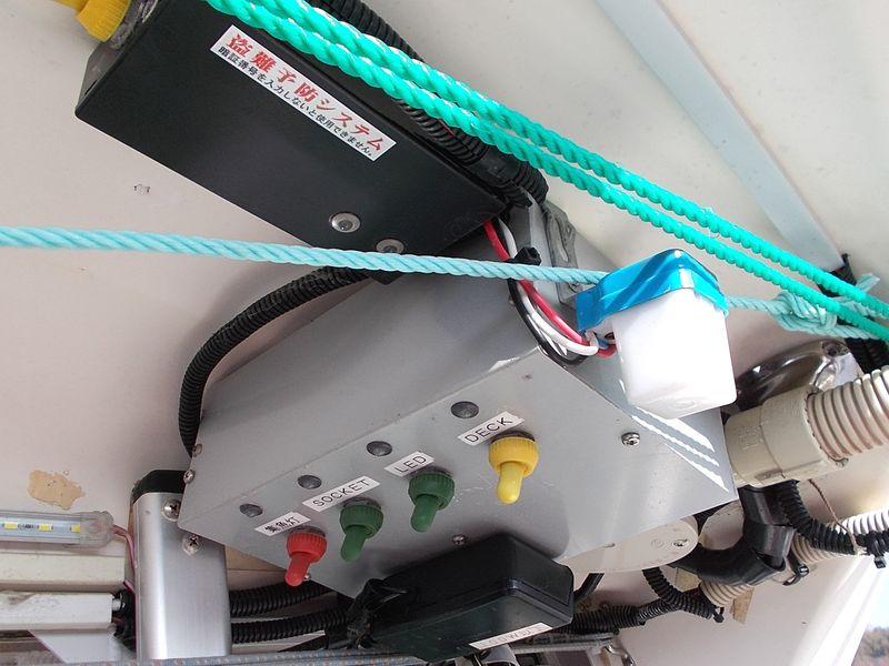 従来のデッキにある操作機器と配電ボックス 使い勝手より整備性が悪い