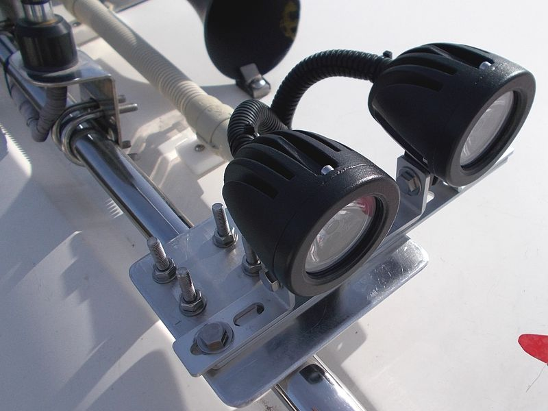 小型前照灯LEDの進化だ。アルミ板とステーで台座を作成。アルミは加工が容易