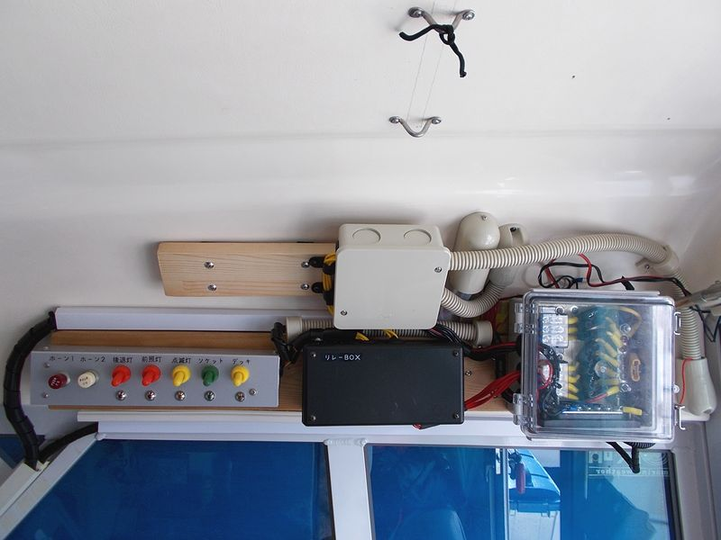 右端にキャビン内照明の電源端子を作成だが、内部電装はこの先の予定