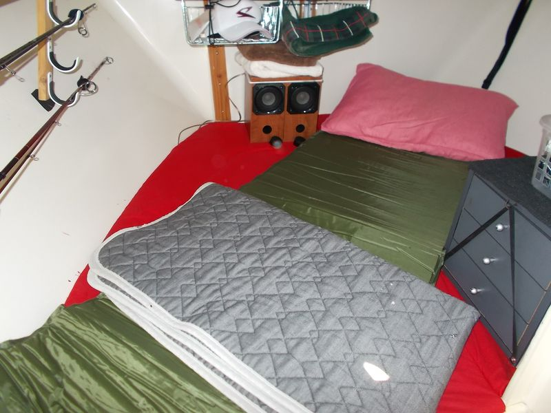 174cmの私が何とか寝れる空間の出来上がり。枕が少々生活感を醸し出す