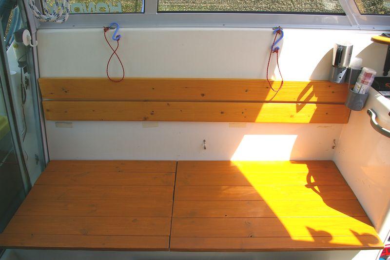 ベンチシートの座面、以前は平板だったが、これが重くてロッカーの開閉が…