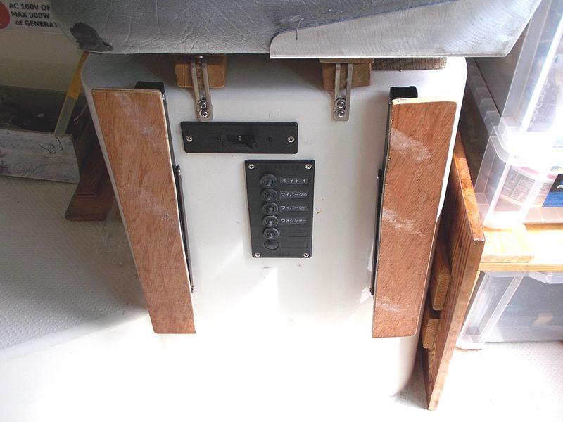 テーブルの天板は外して、支える腕は折り畳みで、格納はコンパクトになった