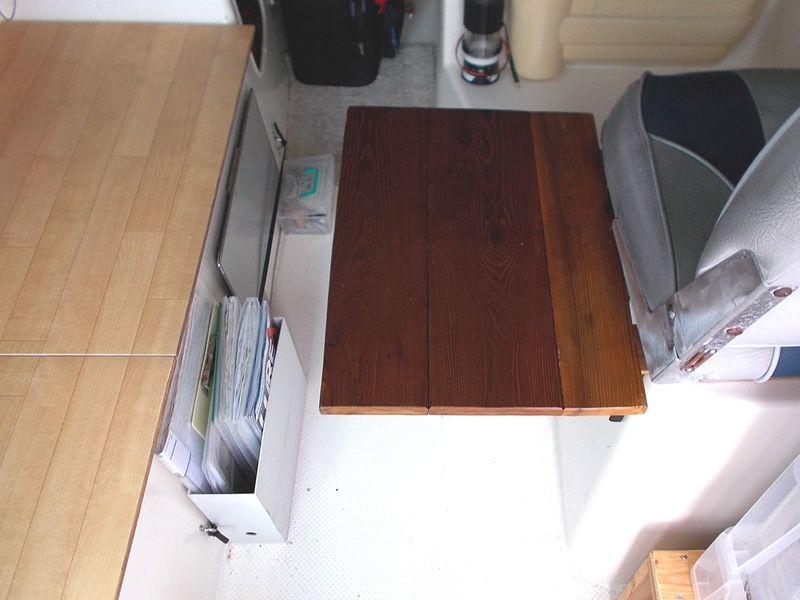脚のないテーブルは、狭いボートで使い勝手が良く格納も便利
