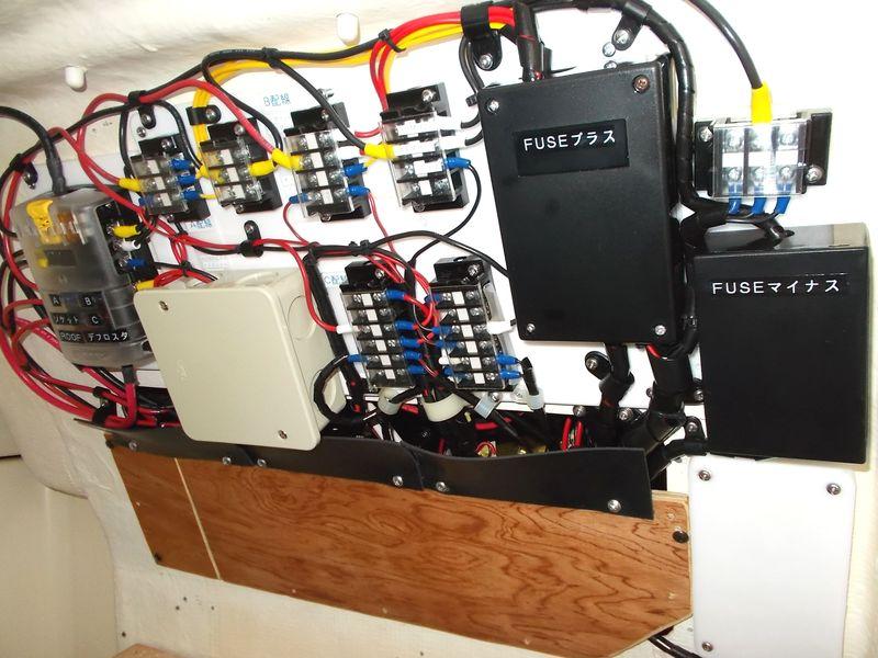 新配電盤の完成形 ここはトイレの壁面にいかめしい電源