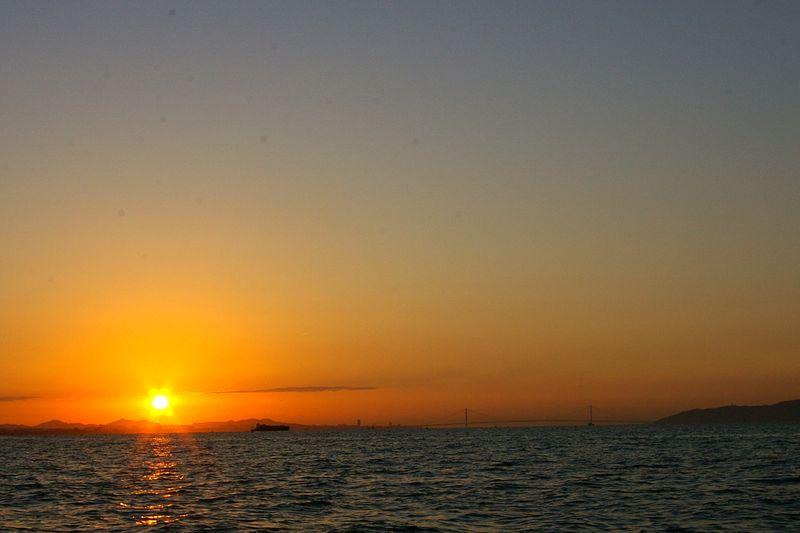 明石海峡の日の出 六甲山の上に出てきたお日様